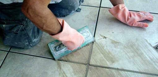 Comment bien r aliser les joints de carrelage de la salle - Comment poser du carrelage salle de bain ...
